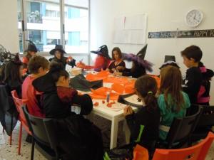 Després vam fer màscares de Halloween: aranyes i carbasses!